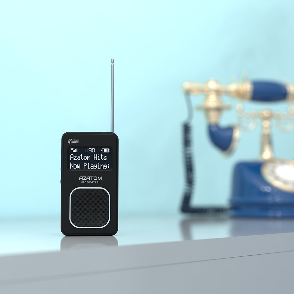 Azatom Pro Sports S1 con un teléfono de foondo